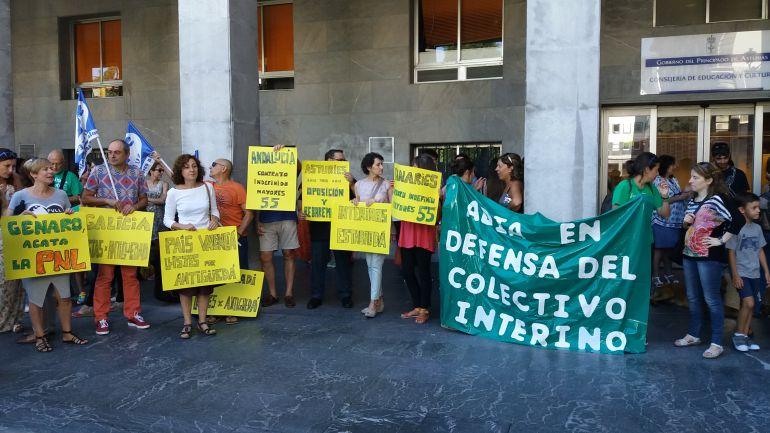 Profesores interinos concentrados frente a la Consejería de Educación
