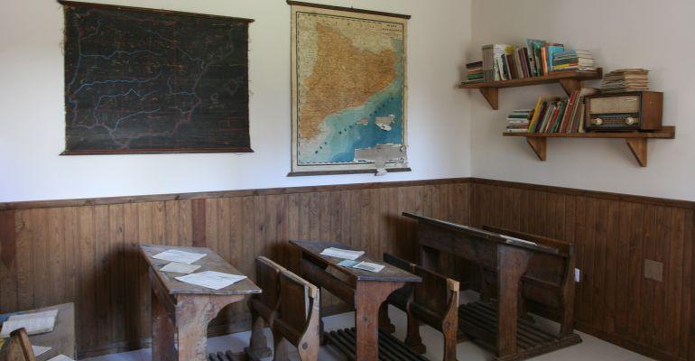 Es reprodueix com era l'antiga escola de Vila en una sala de l'ajuntament d'Arròs.