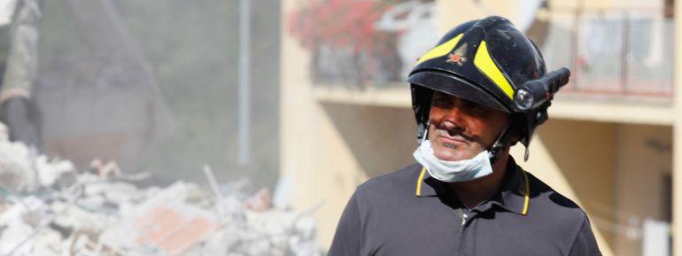 Un bombero trabaja tras el terremoto de Italia