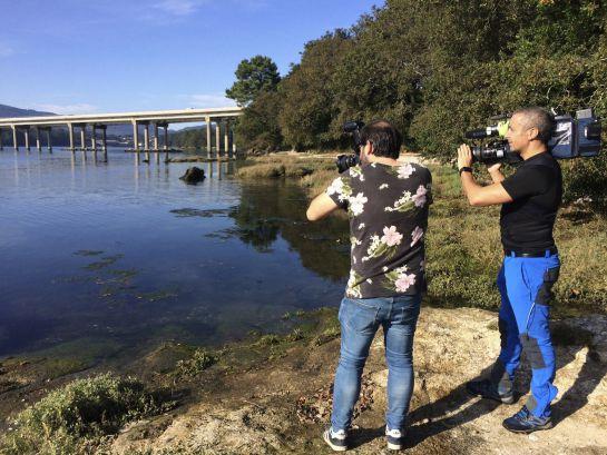 Varios periodistas, en las inmediaciones de la zona muy próxima al puerto de Taragoña (Rianxo), en la provincia de La Coruña, donde ha sido hallado el teléfono móvil de la joven Diana Quer, desaparecida el pasado 22 de agosto.