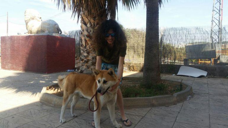 La perra Maya y su dueña Sandra tras ser dada de alta del Hospital de Elda