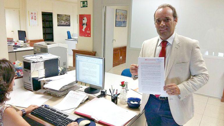 El portavoz de Ciudadanos, Juan Cassá, muestras las enmiendas presentadsa por su partido contra el sistema del ADN canino
