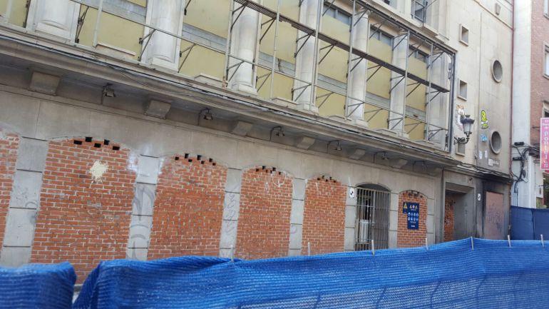 Unas vallas del Grupo Avintia rodean el acceso principal del Teatro Albéniz