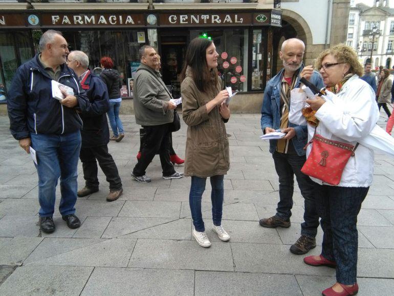 Olalla Rodil, candidata do BNG ás eleccións xerais, nun reparto na cidade de Lugo