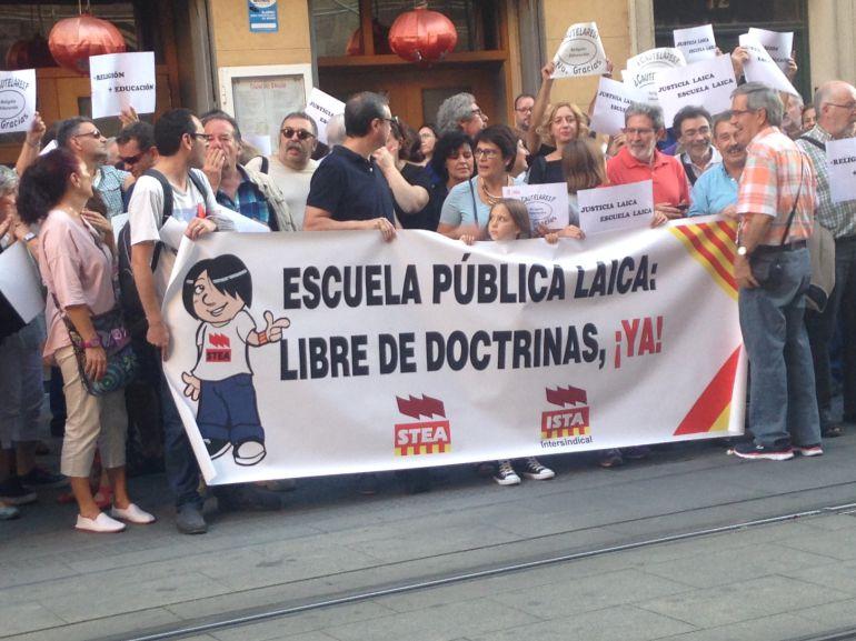 Uno de los carteles del sindicato STEA que reivindica una escuela laica en la concentración de este miércoles por la tarde
