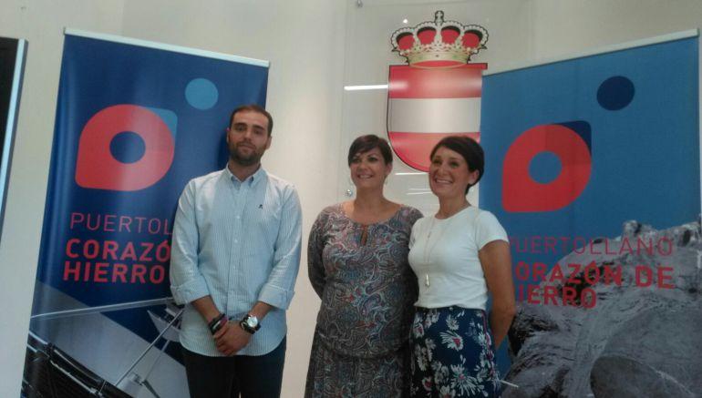 Maite Fernández ( centro ) acompañada del concejal de promoción económica y la trabajadora de Fundescop