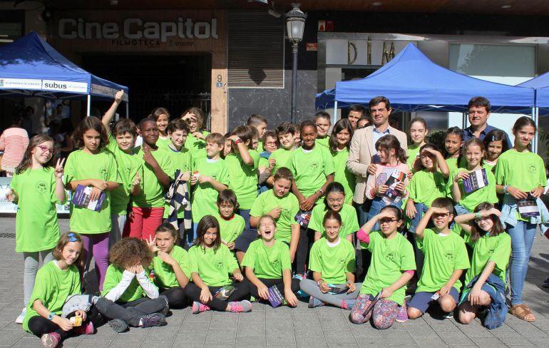 El alcalde de Albaete, Javier Cuenca, con algunos de los niños que han participado de estas actividades