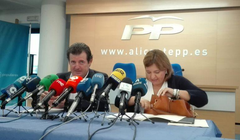 Isabel Bonig, presidenta regional del PP en la Comunitat Valenciana, antes de comparecer junto a su homólogo provincial, José Císcar