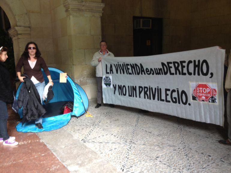 Foto de archivo. Acampada de Stop Desahucios en el za´guán del Ayuntamiento de Alicante