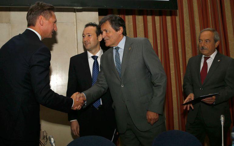 El presidente del Principado saluda al vicepresidente de la Comisión CIVEX en presencia del consejero de Presidencia y el alcalde de Oviedo