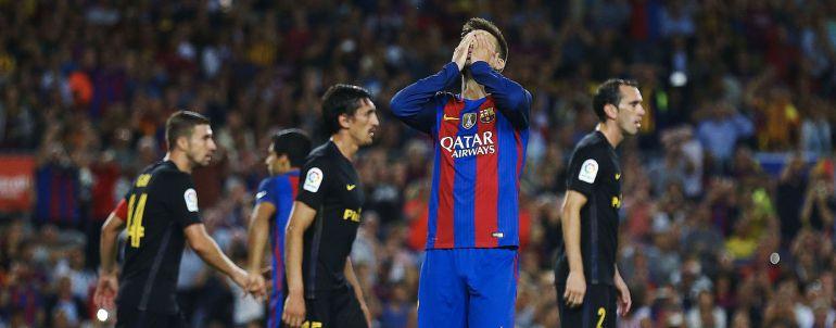El defensa del F. C. Barcelona, Gerard Piqué, se lamenta de una ocasión fallada, durante el encuentro frente al Atlético de Madrid en el estadio del Camp Nou, en Barcelona.