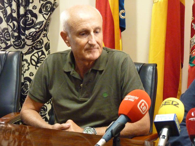 Manuel Ibáñez en el momento de anunciar su renuncia