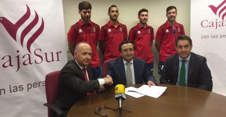 El presidente del Jaén Paraíso Interior, Germán Aguayo, y el director de zona de CajaSur, José Calle, en la firma del convenio.