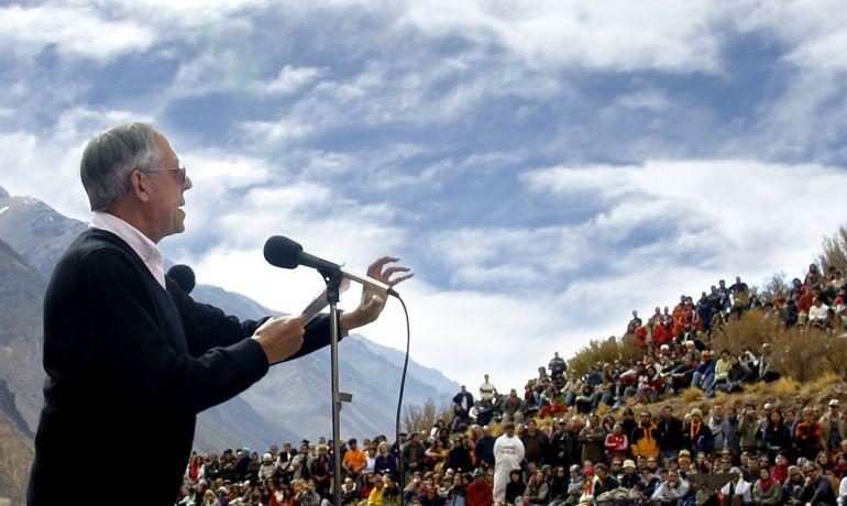 Silo dirigiéndose a sus seguidores en Los Andes