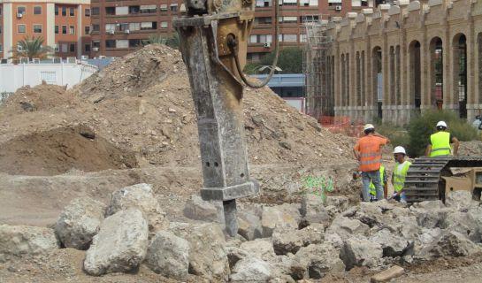 Imagen de uno de los trabajos que se están realizando estos días en la parcela de FICOVAL donde han aparecido restos de hormigón