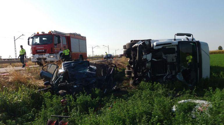 Como consecuencia del choque frontal los dos vehículos se han salido de la vía