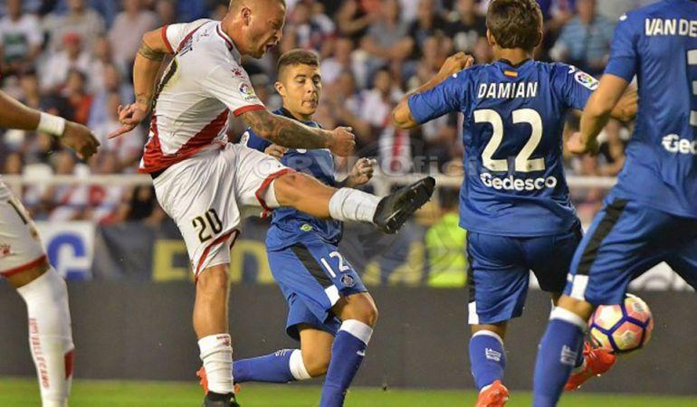 El jugador del 'Rayo' Patrick Ebert (20) dispara a puerta con la oposición de los getafenses Portillo (12), Damián (22) y Van den Bergh (3)