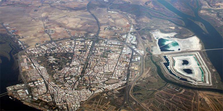 Vista área de la ciudad de Huelva y las balsas de fosfoyesos