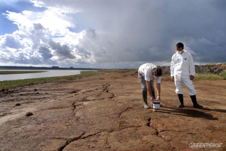 Activistas de Greenpeace en las balsas de fosfoyesos de Huelva
