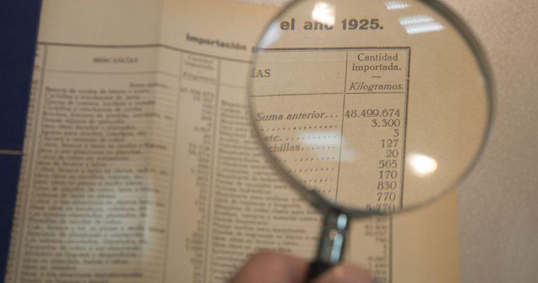 Una lupa resalta una de las estadísticas de los archivos de 1925 del puerto de Cádiz