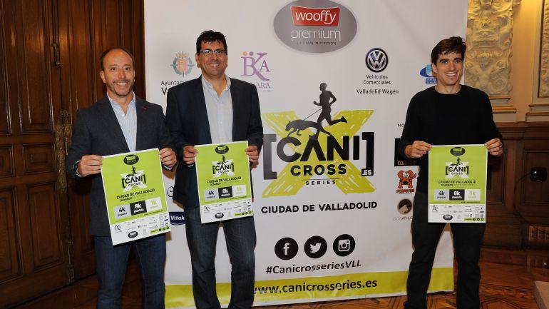 El concejal de Participación, Juventud y Deporte, Alberto Bustos (2d) junto a los organizadores de la prueba