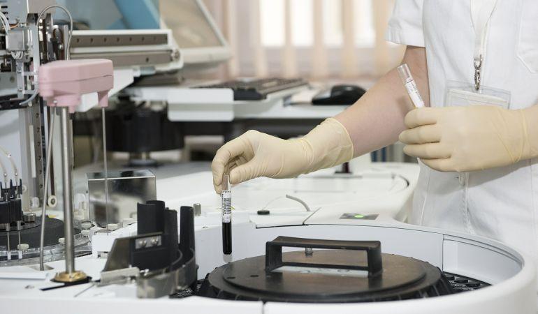 La nueva guia de AICA enumera los riesgos más comunes en el trabajo de laboratorio y las normas básicas para prevenirlos