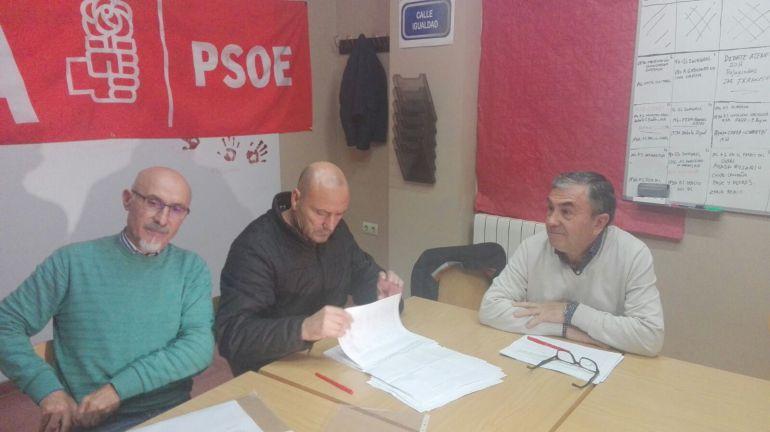 Militantes del PSOE en la sede de Pedro Coca
