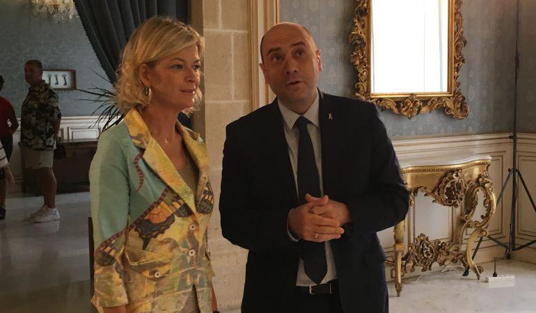 La consellera Gabriela Bravo visita el Salón Azul con el alcalde