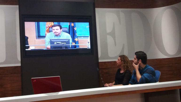 Los concejales Cristina Pontón y Rubén Rosón siguen por videoconferencia la presentación del manifiesto en el Congreso a cargo del coordinador de IU, Alberto Grazón.
