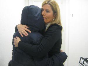 la mujer maltratada se abraza a su abogada, emilia esteban