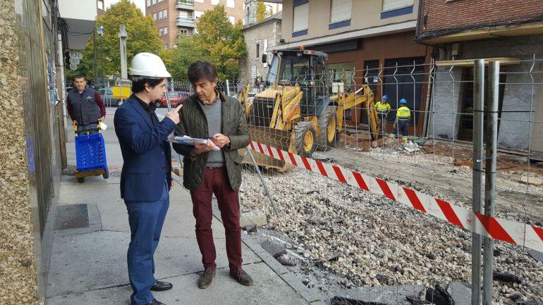 El concejal de Urbanismo, Tulio García (izquierda), durante el desarrollo de las obras