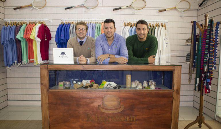 Mario Montañés, José Bohórquez y Pablo Sánchez posan en San Fernando con algunas de sus prendas de la marca Kingsman