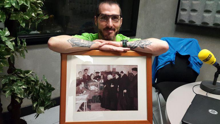 José Alberto San Emeterio 'San' posa con la fotografía del primer día de derecho a voto de la mujer, imagen captada en Eibar
