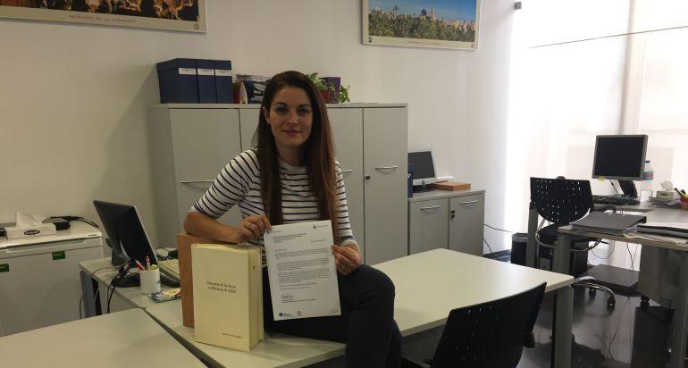 La concejala de Turismo, MIreia Mollà, con ejemplares del Consueta
