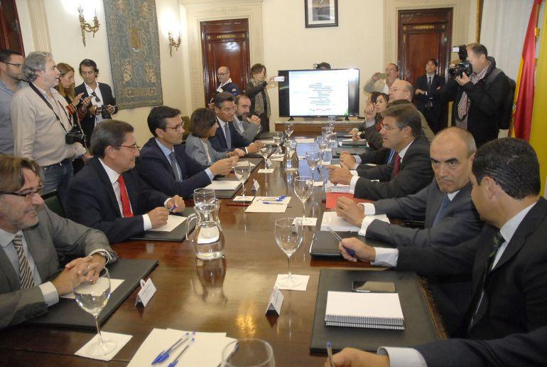 Reunión del ministro de Fomento en funciones, Rafael Catalá, con las autoridades de Granada donde anunció que ese mismo día se reanudaban las obras del AVE en Loja (Granada)