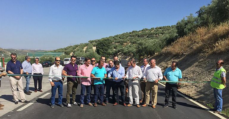 El presidente de la Diputación, Francisco Reyes, inaugura las obras de acceso a Torres este pasado verano.