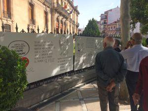 Varios jienenses observan las chilindrinas colocadas en la Diputación de Jaén.
