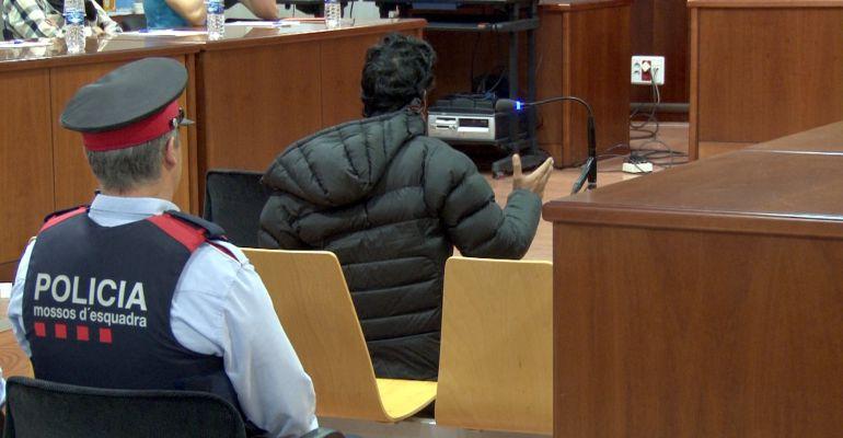L'acusat del crim de la Mariola demana perdó de genolls a la família de la víctima, al final del judici. Imatge del 18 d'octubre de 2016.