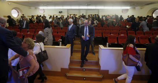 Asistentes a la conferencia se retiran del aula magna de la universidad autónoma.