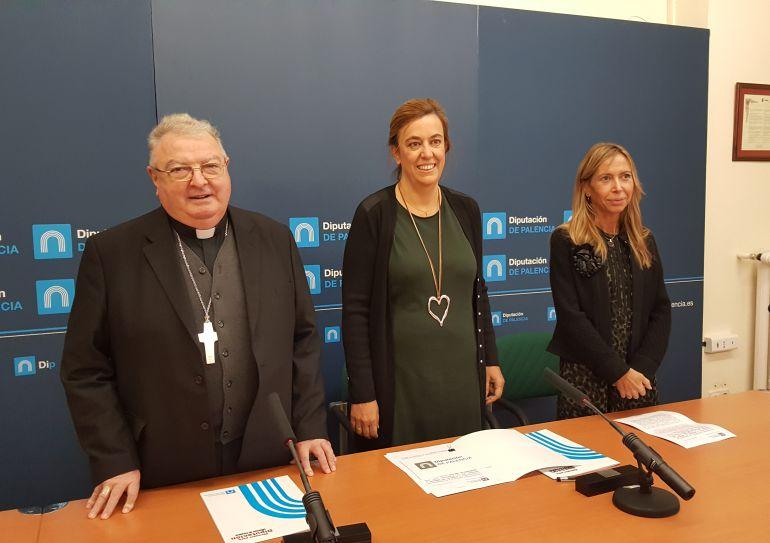 Manuel Herrero (i), Obispo de Palencia, Ángeles armisén (c), Presidenta de la Diputación y Carmen Fernández (d), Diputada de Cultura