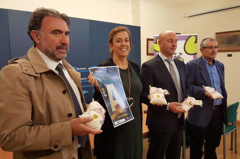 De izquierda a derecha: Gerardo León, alcalde de Saldaña, Ángeles Armisén, presidenta de la Diputación, Luis Calderón, diputado de promoción económica y Ángel Cantero, presidente de la Asociación de Autocaravanistas