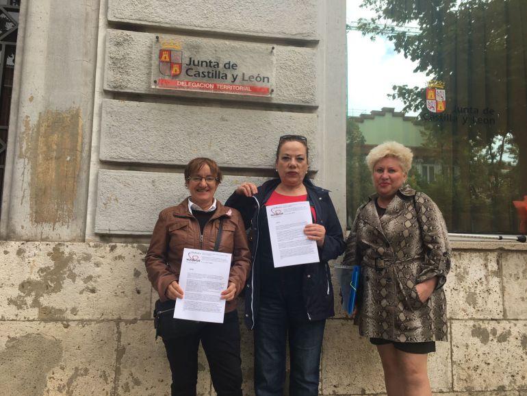 Representantes de la plataforma hacen entrega en Palencia del registro de las firmas