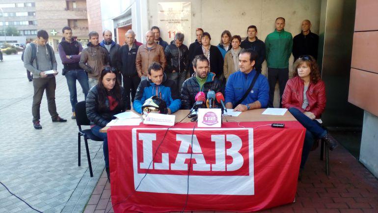 Representantes sindiscales de LAB en el servicio de BOmberos y en SOS Navarra en la rueda de prensa que han ofrecido a la entrada de la antigua Agencia Navarra de Emergencias