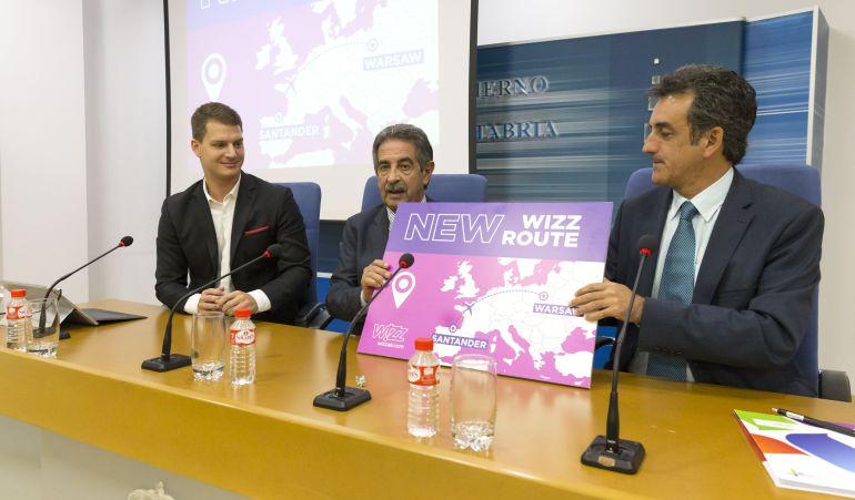 El responsable de comunicación de Wizz Air, el presidente Revilla y el consejero de Turismo, Francisco Martín.
