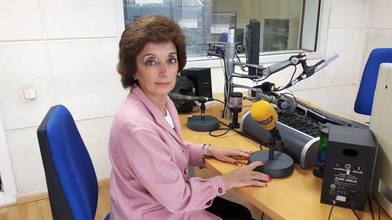 Marta Malo, la primera persona en recibir el Diploma por Servicios Distinguidos a Cantabria ha pasao por los estudios de la Cadena Ser