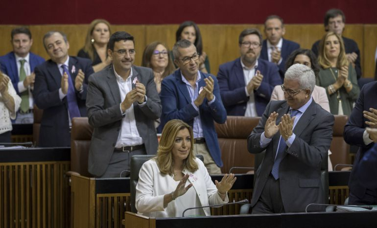 La presidenta andaluza, Susana Díaz, es apludida por el grupo socialista en el Parlamento regional en Sevilla tras su discurso en el debate sobre el estado de la comunidad, el primero que se celebra en Andalucía con la participación de cinco grupos parlamentarios.