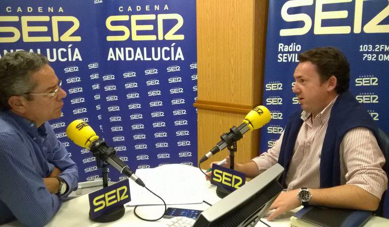 Salomón Hachuel, a la izquierda de la imagen, entrevista a Antonio Guerrero, secretario del Colegio Profesional de Podólogos de Andalucía
