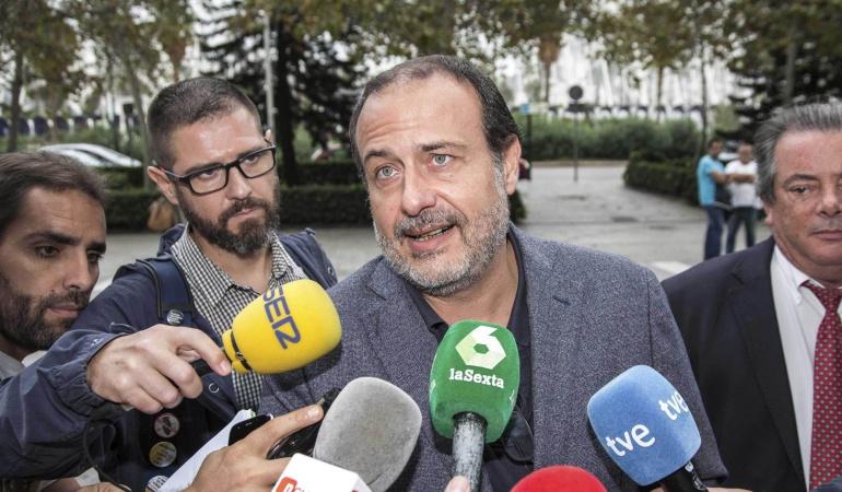 El exmarido de la exconcejala del Ayuntamiento de Valencia, María José Alcón, Vicente Burgos, a su llegada a la Ciudad de la Justicia de Valencia para declarar en el Caso Imelsa.