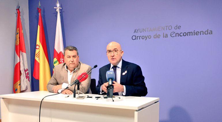El alcalde de Arroyo (i) y el presidente de la Diputación (d), comparecen ante los medios