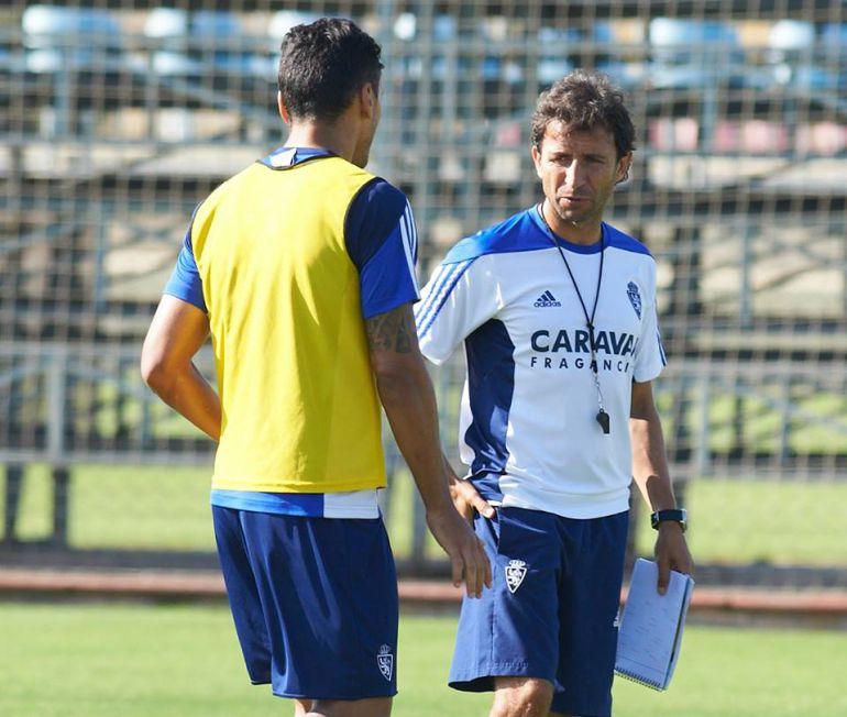 Luis Milla dialoga en el entrenamiento que ha dirigido en la Ciudad Deportiva